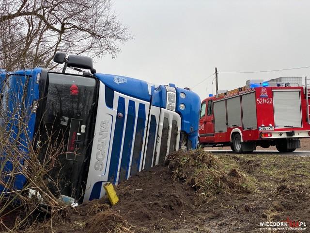 W Przepałkowie na DK 25 w gminie Sośno tir wpadł do rowu