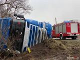 W powiecie sępoleńskim tir wjechał do rowu. Duże utrudnienia dla kierowców!