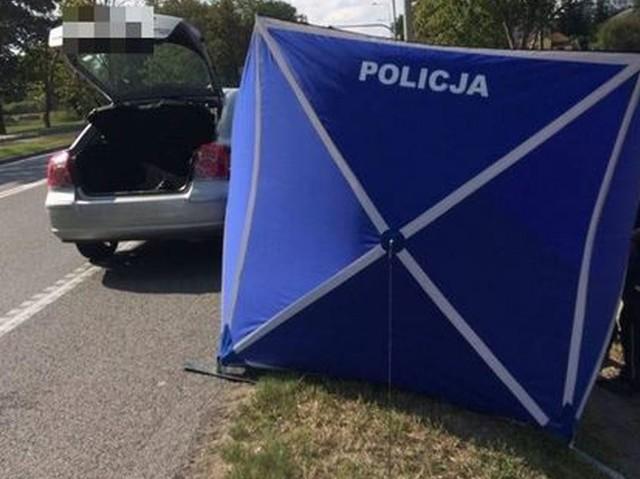Makabrycznego odkrycia dokonali wczoraj policjanci, którzy zatrzymali do rutynowej kontroli osobową toyotę. W bagażniku samochodu leżało ciało kobiety. Funkcjonariusze podjęli reanimację. Niestety przybyły na miejsce lekarz stwierdził zgon.Czytaj więcej na następnej karcie.