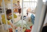 Coraz więcej małych dzieci trafia do szpitala z powodu COVID-19. Dr Berdej-Szczot: Wkrótce wzrosnąć może też liczba pacjentów z PIMS