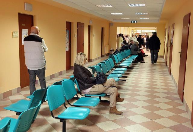Pacjenci będą rejestrowani w pięciu stanowiskach. Przy każdym znajduje się monitor, na którym wyświetlany jest dany numerek chorego.