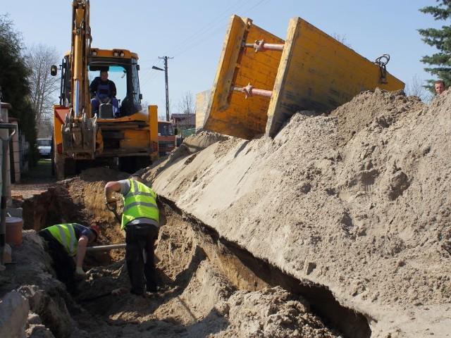 Prace przy budowie kanalizacji przy ulicy Parkowej w Bielinach.