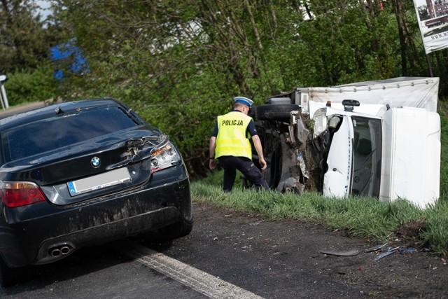 Do wypadku doszło około godz. 15 na drodze krajowej nr 92. Z ustaleń policji wynika, że zderzyły się cztery samochody: ciężarówka marki Scania, citroen, mercedes oraz bmw. Z miejsca zdarzenia pogotowie ratunkowe przetransportowało trzy osoby do szpitala.