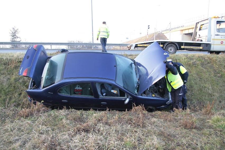 Renault wylądowało w rowie obok wiaduktu