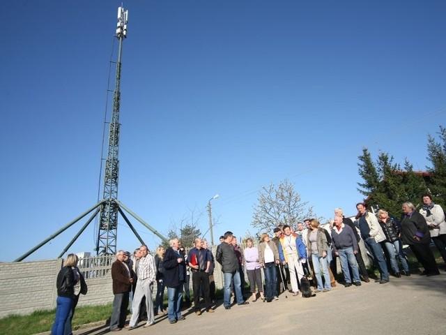 Mieszkańcy ul. Dębowej zebrali ponad 220 podpisów pod żądaniem wstrzymania budowy wieży telefonii komórkowej. Fot. Kamil Nagórek