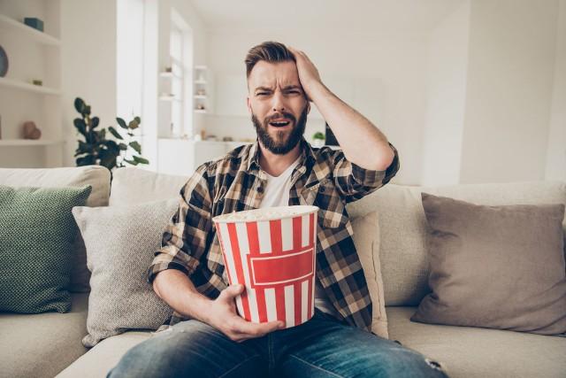 Zakazane filmy kojarzą ci się z PRL-owską cenzurą i sądzisz, że w dzisiejszych czasach widzowie na mają pełną wolność? Wydaje ci się, że światowe hity kinowe naprawdę są znane na całym świecie? Masz rację – tylko ci się wydaje. W XXI wieku nie brakuje filmów, które w wielu krajach zostały zakazane. Czasami wręcz trudno uwierzyć w to, jakie były tego powody. Zobacz, które filmy zostały zakazane na świecie. Ile z nich widziałeś?