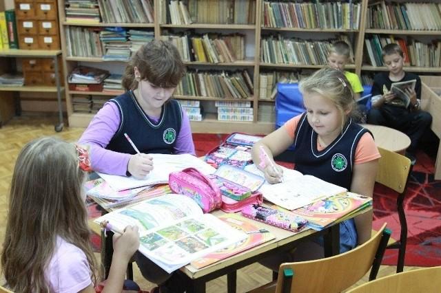 W czasie oczekiwania na rodziców, dzieci mogą odrobić lekcje w zaciszu szkolnej biblioteki w SP nr 26.