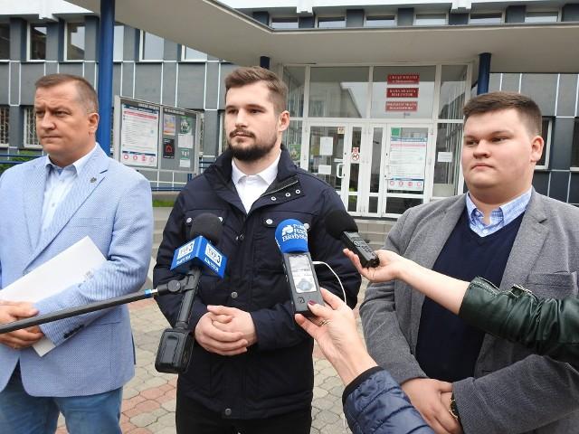 Radny PiS i Stowarzyszenie dla Polski - Ruch Adama Andruszkiewicza oskarżają władze miasta o uznaniowość.
