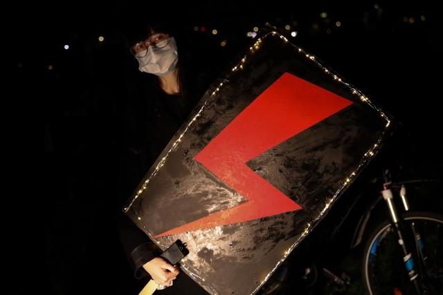 Charakterystyczny piorun jest symbolem protestu kobiet. Co sądzą o nim posłanki?