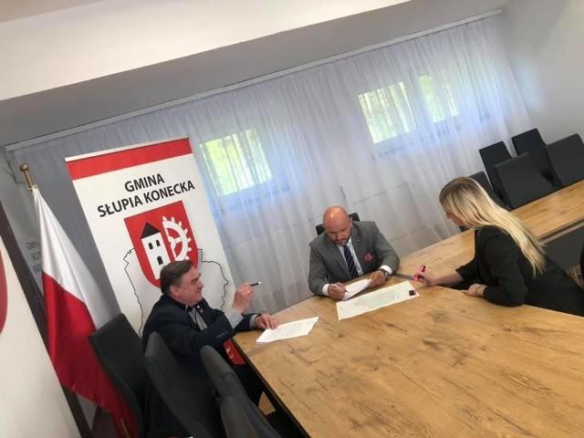 O powstaniu fermu drobiu w Czerwonej Woli rozmawiali niedawno wójt Robert Wielgopolan oraz poseł Mariusz Gosek. Obaj są przeciwni realizacji inwestycji na terenie gminy Słupia Konecka.
