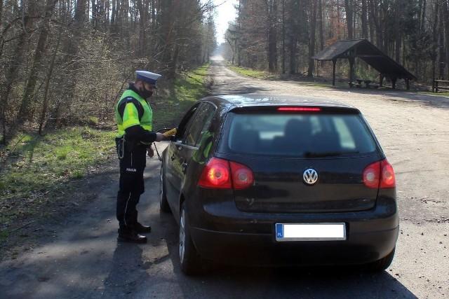 """Podczas akcji """"Alkohol i narkotyki"""" policjanci z Lipna przeprowadzili 421 kontroli stanu trzeźwości. Ujawnili 46 wykroczeń. Zatrzymali trzy dokumenty prawa jazdy i dwa dowody rejestracyjne pojazdów. Niestety sześć razy za kierownicą zastali nietrzeźwych kierujących i w niejednym przypadku nietrzeźwi Ci nie wahali się zabrać ze sobą pasażerów."""