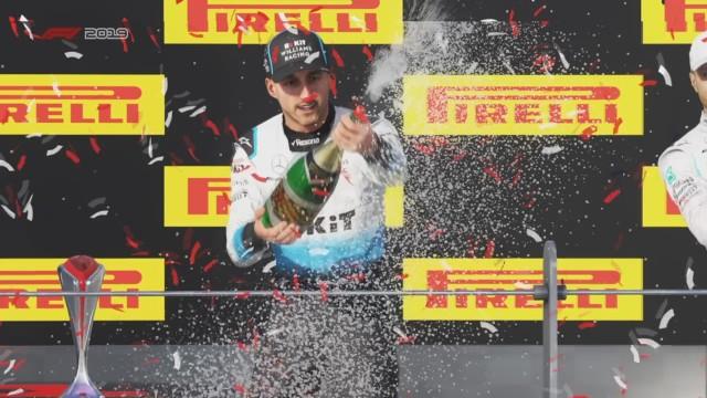 """""""F1 2019"""" to najnowsza wersja gry wideo uznanego producenta Codemasters. Jako że jest to oficjalny tytuł i na pełnej licencji, to jest w niej obecny Robert Kubica. Sprawdziliśmy, jak kierowca ROKiT Williams Racing i jedyny Polak w stawce wygląda w wirtualnej rzeczywistości oraz jak prezentuje na bolidzie FW42 logo partnera zespołu, PKN Orlen. Zobacz zdjęcia z gry!"""