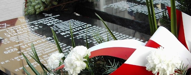 Pomniki katyńskie takie jak ten w Jarosławiu przy parafii Chrystusa Króla przypominają nam sowiecka zbrodnię sprzed 70 lat