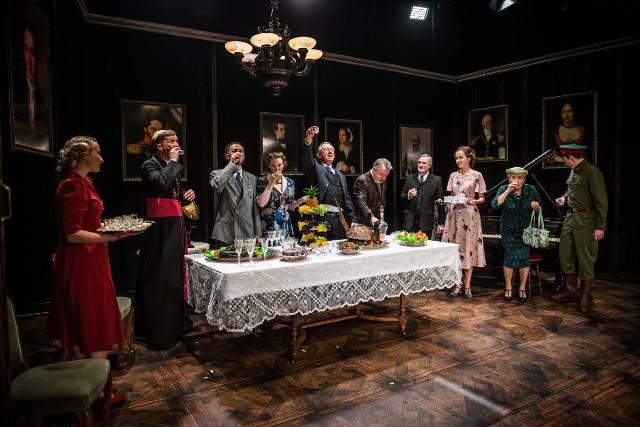 """Jedną w premier w Teatrze Powszechnym był spektakl """"Rodzina"""" Antoniego Słonimskiego w reżyserii Wojciecha Malajkata."""