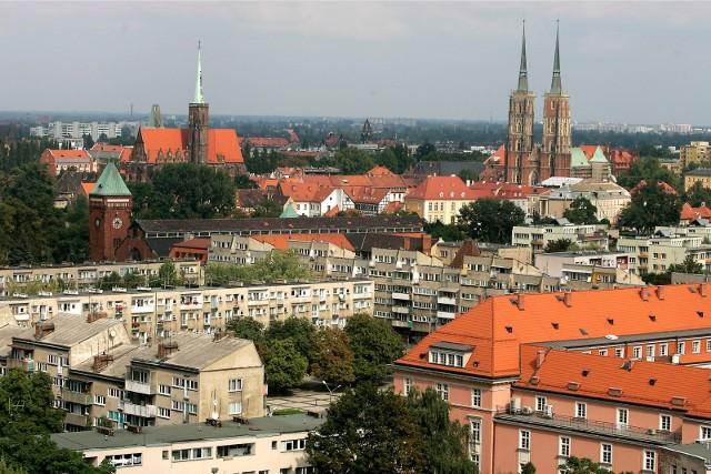 Od 1952 do 1990 roku we Wrocławiu obowiązywał podział na 5 dzielnic, zarządzanych przez Dzielnicowe Rady Narodowe.Chociaż dzisiaj podział terytorium Wrocławia opiera się na nazwach osiedli, to stare określenia dzielnic nadal mają znaczenie w instytucjach państwowych tj. sądach rejonowych, jednostkach ZUS czy urzędach skarbowych.Czy wiecie, dlaczego Krzyki są Krzykami i co działo się na Psim Polu?Zobaczcie w galerii, przesuwając zdjęcia strzałkami albo gestami na smartfonie.