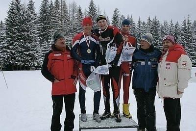 Medaliści z rocznika 1991-93 na podium obok z lewej Józef Łuszczek, z prawej Antoni Marmol i Andrzej Person Fot. Zdzisław Karaś