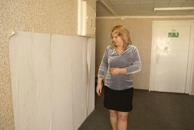 - To jest właśnie świeżo przyklejona tapeta przez fachowców z ZGM - mówi Teresa Pasiuk. - Długo tu wisieć nie będzie zwłaszcza, że już się mocno odkleja.