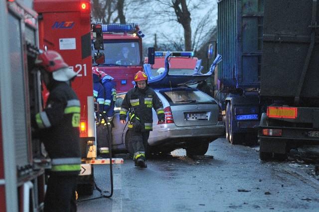 Do tragicznego wypadku doszło we wtorek, 3 stycznia, na drodze wojewódzkiej ne 132. Nie żyje pasażer mercedesa.