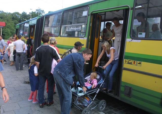 Autobusy linii 107 bywają zatłoczone w szczycie komunikacyjnym. Dzięki wprowadzeniu na trasę dodatkowych pajazdów, poprawią się warunki jazdy dla pasażerów.