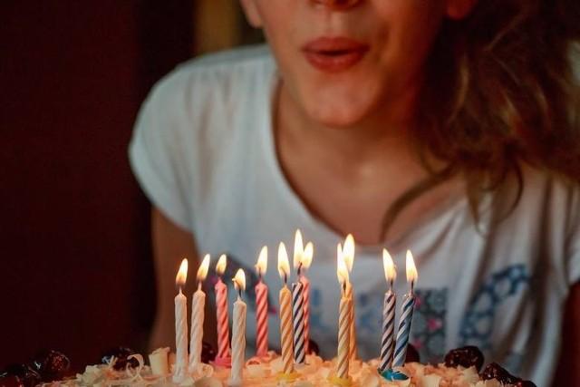 ŻYCZENIA NA 18 URODZINY. Gotowe, wzruszające i zabawne. Co życzyć młodym?