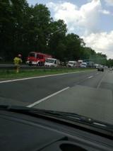 Groźnie wyglądający wypadek na drodze krajowej nr. 1 w Piasku. Bus najechal na samochód osobowy. Na szczęście podróżującym nic się nie stało