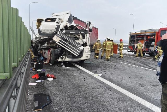 Przed południem na drodze ekspresowej S5 między Lesznem a Rydzyną samochód ciężarowy marki DAF uderzył w tył stojącego na pasie awaryjnym MAN-a. Chociaż trudno w to uwierzyć, patrząc na zdjęcia, nikt nie został ranny. Zobacz więcej zdjęć ---->