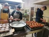 Inowrocław. Młodzież z 2-3 Hufca Pracy w Inowrocławiu w zimowym czasie pomaga osobom potrzebującym pomocy. Zdjęcia