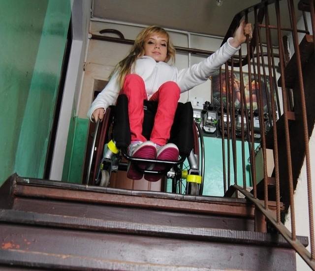 Agnieszka Dobrucka na swoim wózku nie jest w stanie pokonać stromych schodów. Żeby się stąd wydostać, potrzebuje pomocy sąsiadów i rodziny. A nie zawsze oni mogą... Rzadko więc wychodzi na zewnątrz. – To trochę jak więzienie – mówi ze smutkiem w głosie.