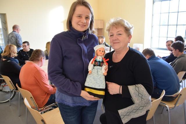 - Takie lalki w strojach ludowych będziemy wytwarzać w naszym Zakładzie Aktywności Zawodowej w Kluczborku - mówią Magdalena Ziętek (z lewej) i Małgorzata Kwiring-Pondel.