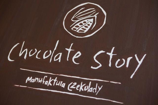 Pomimo powszechnej niedostępności, to właśnie czekolada przez 24% ankietowanych  została wskazana jako ulubiony deser z dzieciństwa. I chociaż w czekoladzie z dawnych lat procent ziaren kakaowca był znikomy, to jej smak pozostaje niezapomniany. Dziś jest odwrotnie, gusta mamy wysublimowane i niektórzy jedzą wyłącznie czekoladę robioną w rzemieślniczych manufakturach czekolady.