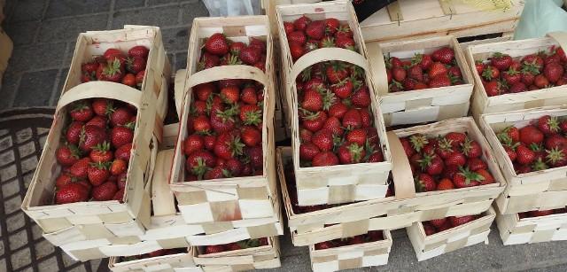 Ci, którzy w deszczowe przedpołudnie w niedzielę odwiedzili Giełdę przy Andersa narzekali, że mniejszy jest wybór owoców i warzyw, ale znaleźli to, po co przybyli