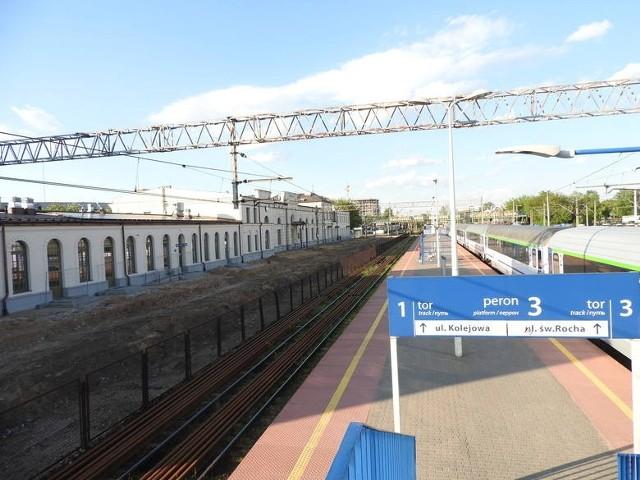 Rozpoczęła się przebudowa zasadniczej części stacji Białystok. Wykonawca zerwał pierwszy peron, ten najbliżej wyremontowanego w zeszłym roku budynku zabytkowego dworca, z którego odchodziły pociągi w kierunku Ełku. Wkrótce tez zostanie zdemontowana kładka prowadząca na ul. św. Rocha.