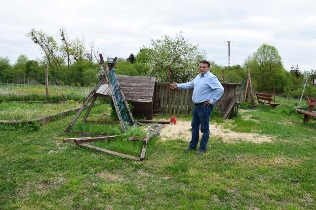 Komu przeszkadzał ten plac zabaw dla dzieci - mówi Radosław Woźniak.