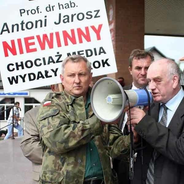Zwolennicy profesora przyjęli decyzję sądu  oklaskami. Przed budynkiem sądu Jarosz zaapelował do dziennikarzy o rzetelność. Zdaniem jego zwolenników dotychczas wykazywały się nią tylko Radio Maryja i Telewizja Trwam.