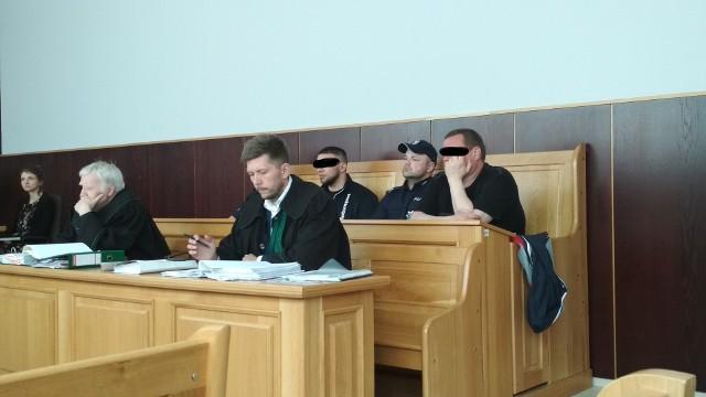 Na poniedziałkowej rozprawie obecni byli Adrian W. i Piotr Ś. (z prawej)