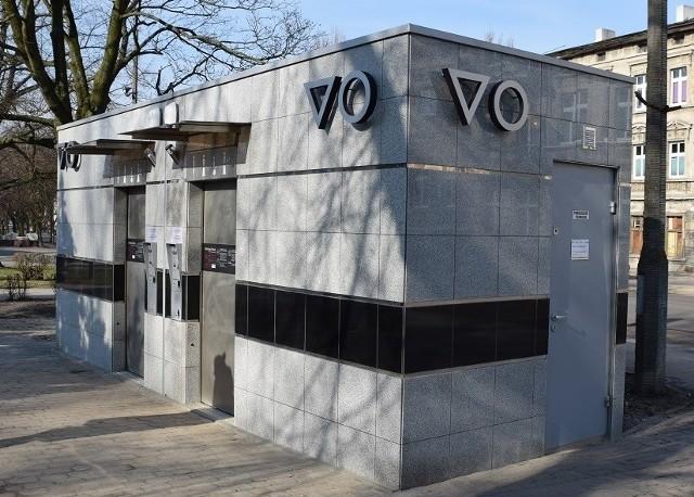 """Nowoczesne miejskie toalety zostały już oddane do użytku. Są zlokalizowane przy przystanku autobusowym przy ul. Bolesława Krzywoustego oraz przy Skwerze Jana Pawła II. Koniecznie przeczytajcie instrukcję obsługi :)- Toalety są w pełni automatyczne: po każdym skorzystaniu, muszla jest dezynfekowana. W środku znajduje się automatyczny podajnik papieru oraz automatyczna umywalka - informuje inowrocławski ratusz.Po podsunięciu rąk pod podajnik wysuwa się papier, a po wsunięciu rąk do wnęki umywalki następuje automatyczne podanie porcji mydła, wody a na zakończenie uruchamiana jest suszarka do rąk. W toaletach znajdziemy również ułatwienie dla mam z małymi dziećmi - przewijak dla niemowląt. Otoczenie toalet jest monitorowane.A oto krótka instrukcja obsługi toalet:1. Stan gotowości do pracy sygnalizuje zapalona lampka w kolorze zielonym """"WOLNE"""".2. Chcąc skorzystać z toalety należy wrzucić do otworu wrzutowego równowartość kwoty 2 zł. (automat przyjmuje monety 10gr, 20gr, 50gr, 1 zł, 2zł, 5zł) UWAGA: Automat nie wydaje reszty!3. Po akceptacji opłaty podświetla się przycisk """"OTWARCIE DRZWI"""".4. Po wciśnięciu przycisku """"OTWARCIE DRZWI"""" drzwi otwierają się automatycznie i są otwarte przez 1 minutę. Jeżeli w tym czasie nikt nie wejdzie do środka drzwi zamykają się i należy ponownie dokonać opłaty.5. Po wykryciu przez czujniki obecności w toalecie po ok. 10 sekundach drzwi zamykają się. Równocześnie zaczyna działać wentylacja oraz włącza  się głosowa  informacja o obsłudze.6. W środku znajduje się automatyczny podajnik papieru oraz automatyczna umywalka. Po podsunięciu rąk pod podajnik wysuwa się papier, a po wsunięciu rąk do wnęki umywalki następuje automatyczne podanie porcji mydła, wody a na zakończenie uruchamiana jest suszarka do rąk.7. Toaleta jest w pełni automatyczna: w środku nie ma przycisku spłukiwania wody i kranów do mycia rąk.8. Wszelkie czynności w toalecie należy wykonać w ciągu 15 minut (na ścianie jest wyświetlacz pokazujący czas pozostały do końca przebywania)"""