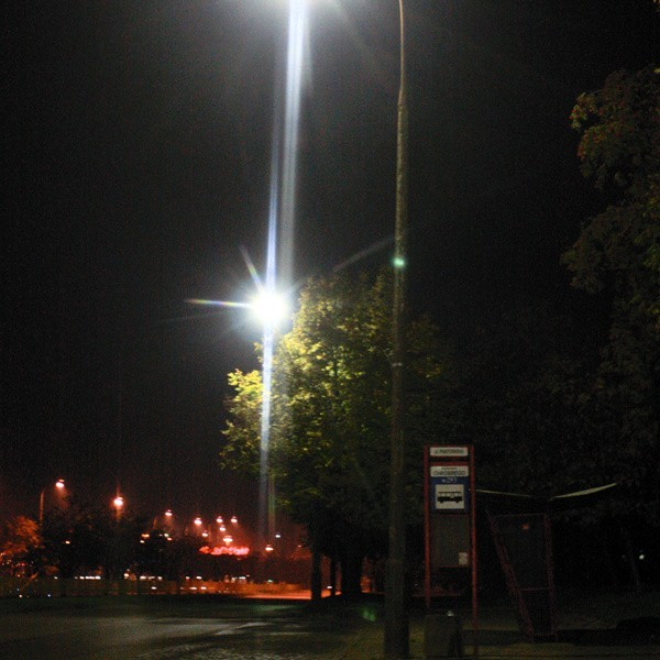 Po naszej interwencji zakład energetyczny usunął awarię latarni. Na przystanku jest już widno.