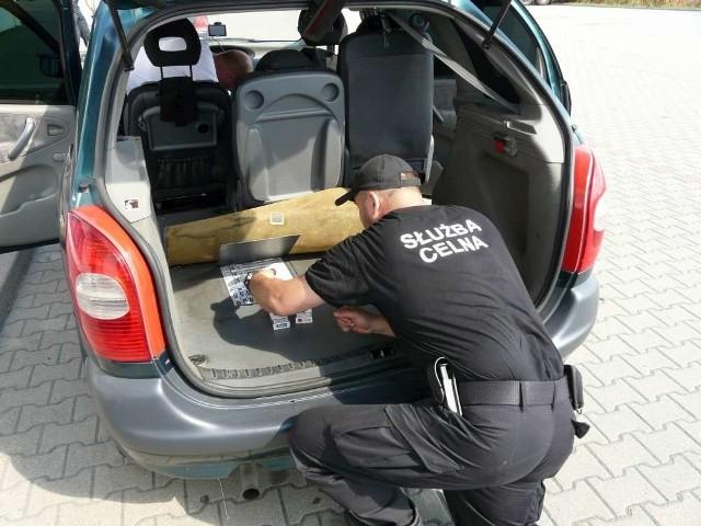 """Poznańscy celnicy co pewien czas zatrzymują transporty przemycanych papierosów. Wspólnie z policją przeprowadzają także akcje w krajalniach tytoniu i nielegalnych wytwórniach papierosów. Tylko w tym roku policjanci z CBŚ rozbili dwie takie krajalnie w Wielkopolsce. Jednak czy walkę z """"szarą strefą"""" uda się wygrać? Eksperci są sceptyczni."""