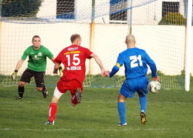 W tej sytuacji z 20. minuty Robert Jasik (nr 21) naciskany przez Piotra Grossa dotknął piłkę ręką, za co Chełminianka otrzymała rzut karny