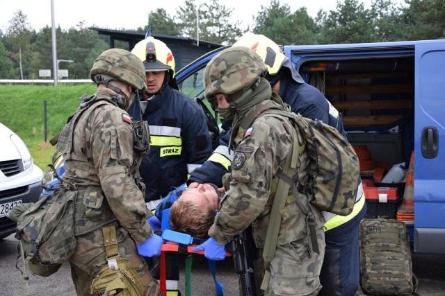 Transportowanie rannego mężczyzny, który był ofiarą napaści terrorystów przy ważnych obiektach