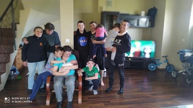 Rodzina w komplecie, czyli pan Rafał z żoną i siedmiorgiem dzieci oraz właściciele domu