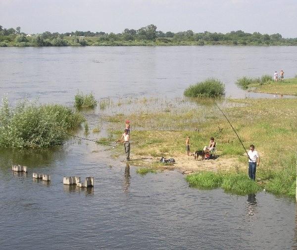 Wykorzystując wysoki stan wody w Wiśle  mieszkańcy okazali mnóstwo nierozwagi. Wielu  z nich uważa, że jest to doskonała okazja do  kąpieli wodnych, małe dzieci zaś traktują  największą i najniebezpieczniejszą rzekę w  Polsce jako brodzik.