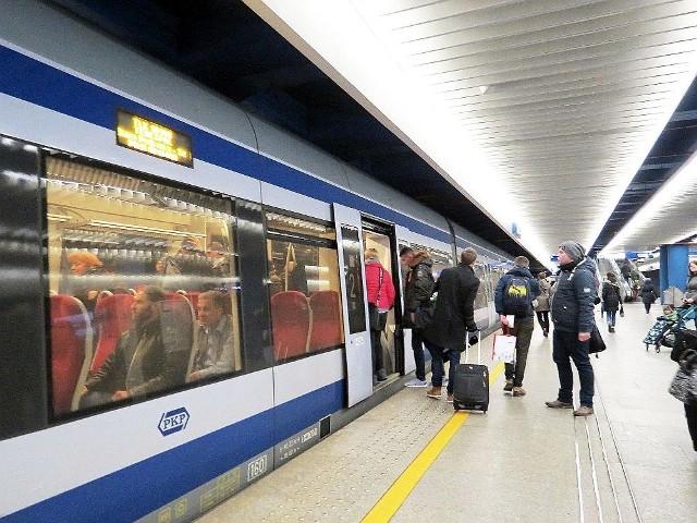 """Pociąg TLK """"Kujawiak"""" na stacji Warszawa Centralna"""