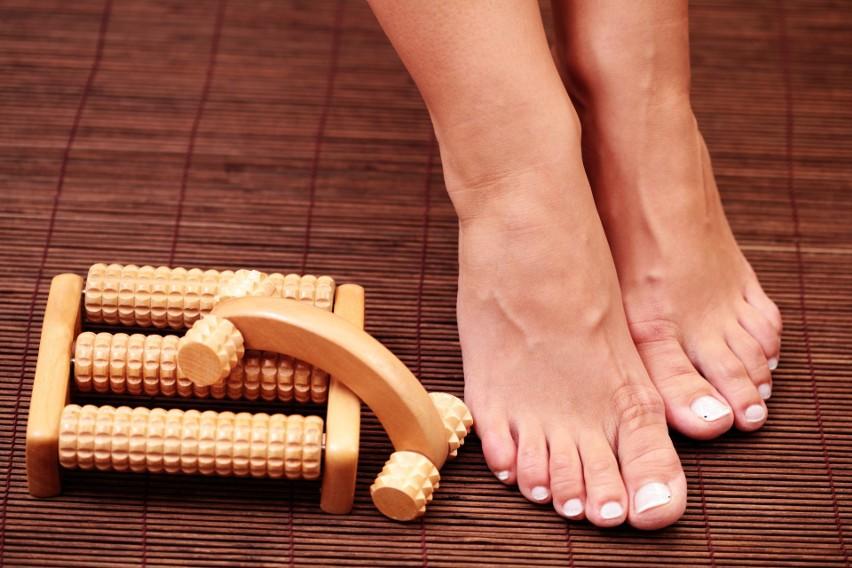 Troska o kondycję stóp, m.in. noszenie wygodnych butów, rozciąganie mięśni i masaż bolesnych napięć, pomaga chronić się przed powstaniem bolesnej ostrogi piętowej