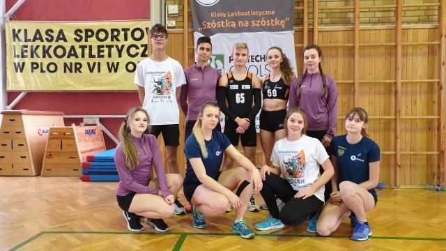 Przed licznie zgromadzoną szkolną publicznością swoje umiejętności zaprezentowali młodzi lekkoatleci z Szóstki.