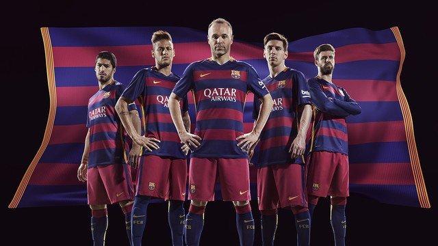 4f5516389 FC Barcelona zaprezentowała stroje na nowy sezon. Są kontrowersyjne ...