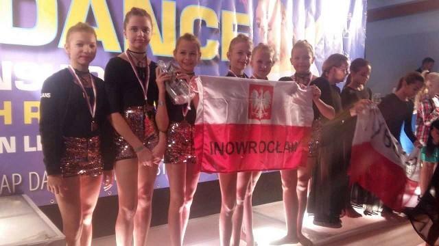 W czeskim mieście Liberec odbyły się Mistrzostwa Świata 2018 Federacji WADF w Tańcu nowoczesnym. Z sukcesami zaprezentowali się tam reprezentanci Inowrocławskiej Szkoły tańca Raz Dwa Trzy, którzy wrócili stamtąd z aż 6 tytułami!Oto tytuły, jakie tam zdobyli:* Zespół Glow - II miejsce i tytuł wicemistrzów  świata w kategorii Artistic Dance Show Large Teams Juveniles* Zespół Sweet Mini - III miejsce i tytuł II wicemistrzów świata w kategorii Artistic Dance Show Small Teams Juveniles* Zespół Seeet Babys - II miejsce i tytuł wicemistrzów świata w kategorii Artistic Dance Show Large Teams Mini Kids* Zespół Glow 2 - III miejsce I tytuł  II wicemistrzów świata w kategorii Artistic Dance Show Large Teams Mini Kids* Julia Dzielak I Julita Piechnik - II miejsce I tytuł wicemistrzów świata w kategorii Duety Contemporary Ballet Juveniles * Julia Dzielak - III miejsce  i tytuł II wicemistrza świata w kategorii Jazz Dance Solo Juveniles* Julita Piechnik - IV miejsce w kategorii Jazz Dance Solo Juveniles  oraz V miejsce w kategorii Contemporary Solo Juveniles
