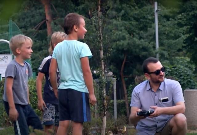 """W 2018 roku Komenda Miejska Policji w Katowicach nagrała film: """"Naucz mnie mówić NIE"""", który ma być przestrogą dla rodziców, a także uświadomić, jak ufne mogą być nasze dzieci względem obcych osób. Teraz policja ten film przypomina"""