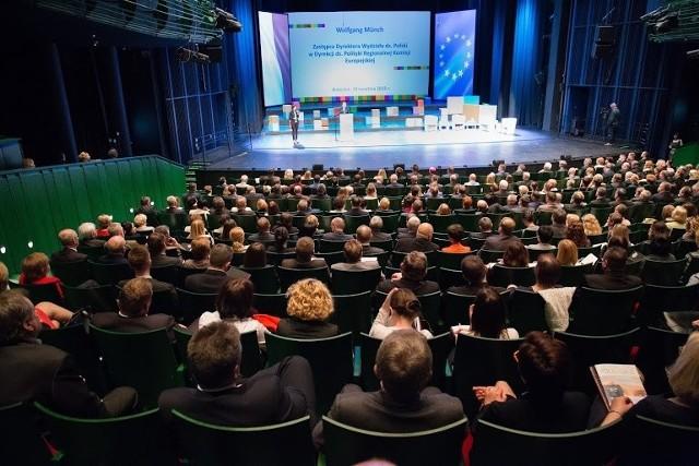 Pierwsze konkursy o fundusze unijne będą ogłoszone już latemWtorkowa konferencja zgromadziła w sali opery blisko 600przedsiębiorcow, samorządowców, ludzi nauki, sztuki, organizacji społecznych zainteresowanych najświeższymi informacjami o RPOWP