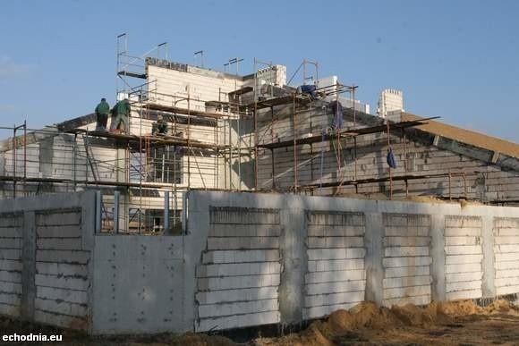 Prace przy budowie szklanego domu w Ciekotach w gminie Masłów, szybko postępują. fot Ł. Zarzycki